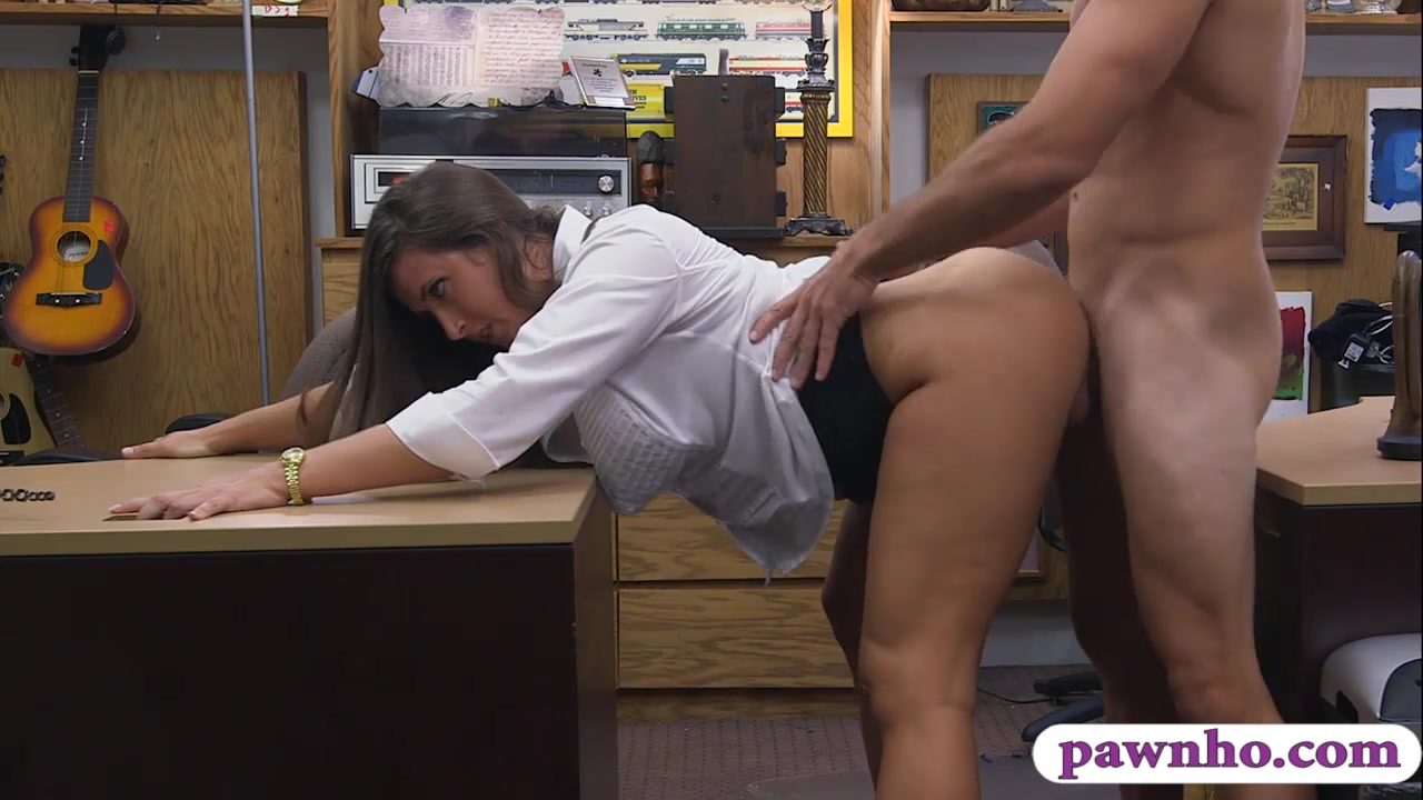 big butt amateur brunette babe pawns her muff and railed